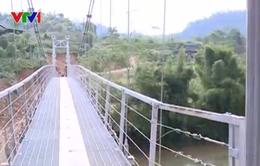 Trẻ em Bắc Kạn vui đến trường qua cây cầu treo mới