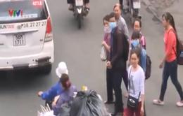 """TP.HCM: Cầu vượt đi bộ """"ế"""" khách, người dân thản nhiên băng qua đường"""