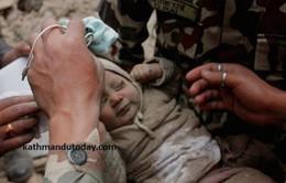 Em bé 4 tháng tuổi sống sót kỳ diệu giữa đống đổ nát tại Nepal