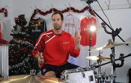 Thủ thành Cech trổ tài chơi trống cực đỉnh đón Giáng sinh