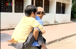 Người cha bỏ việc ở quê cõng con lên giảng đường Đại Học