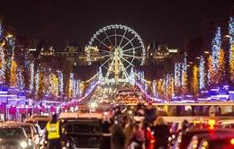Sau vụ khủng bố ở Paris, đại lộ Champs Elysees lung linh ánh đèn