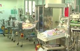 Sức khỏe bé sơ sinh bị dao đâm tiến triển tốt sau 10 ngày
