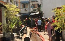Căn nhà 2 tầng cháy rụi, người dân hoảng loạn tháo chạy