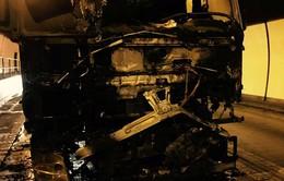 Xe tải bốc cháy giữa khuya trong hầm Hải Vân