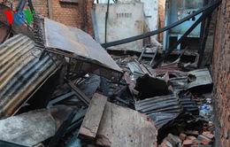 TP.HCM: Cháy sập nhà, người dân vác đồ tháo chạy