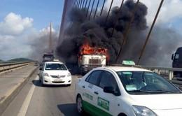Xe đầu kéo bất ngờ bốc cháy dữ dội trên cầu Bãi Cháy
