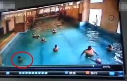 Trung Quốc: Bé trai suýt chết đuối trong hồ bơi đông người
