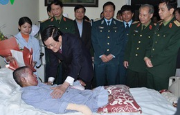 Chủ tịch nước thăm quân nhân bị nạn trong vụ máy bay rơi tại Hòa Lạc