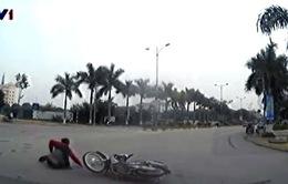 Xe máy vượt ẩu qua vòng xuyến rộng gây tai nạn