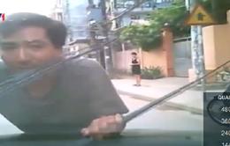 Học lái xe trên đường, giáo viên và học viên còn đe dọa người quay clip