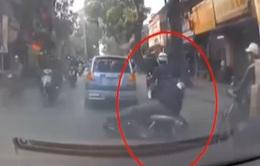 Len lỏi vượt ẩu, xe máy ngã trước đầu ô tô