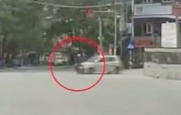 Cố vượt đèn đỏ, nam thanh niên bị taxi hất bay