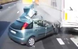 Bất cẩn chuyển làn đường, xe con gây tai nạn thảm khốc