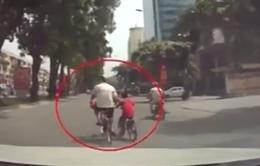 """""""Vô tư"""" dạy trẻ tập đi xe đạp giữa phố đông Hà Nội"""