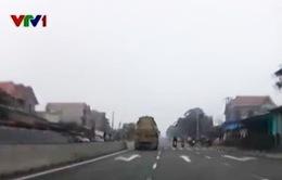 Vừa lái xe vừa ngủ gật, tài xế ô tô suýt gây tai nạn