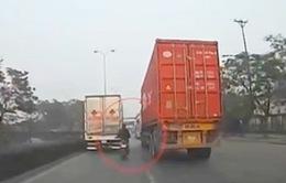 """Xe máy liều lĩnh """"len"""" giữa xe tải và container"""