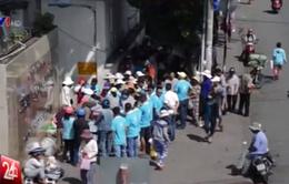 Bất bình nạn 'cướp' cơm từ thiện trước cổng bệnh viện