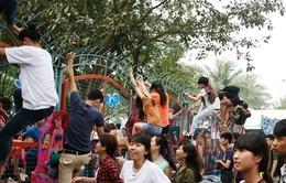 Cảnh tượng hỗn loạn vượt rào tắm miễn phí ở công viên nước giữa Thủ đô