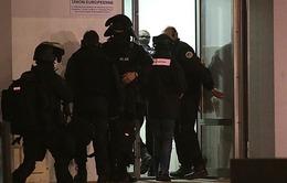 Xả súng tại Charlie Hebdo: Có 2 thủ phạm chạy trốn bằng ô tô