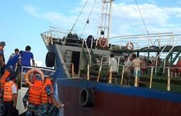 Cảnh sát biển bắt vụ sang mạn dầu trái phép