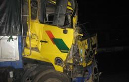 Hai xe tải tông nhau, tài xế thoát chết
