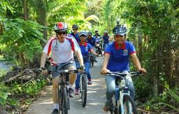Đại sứ Hoa Kỳ đạp xe tham quan tại Cần Thơ