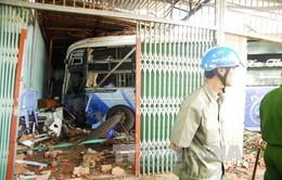 Bình Phước: Xe khách giường nằm mất lái đâm sập 3 nhà dân