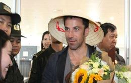 Del Piero thích thú khi được tặng nón lá