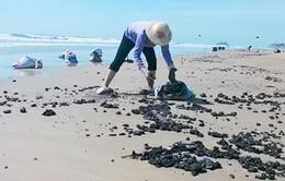 Vũng Tàu: Dọn sạch 60 tấn dầu vón cục trên bãi biển