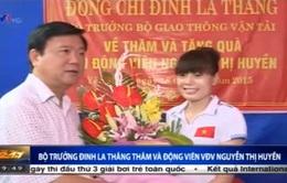 Bộ trưởng Đinh La Thăng trao 100 triệu đồng cho VĐV Nguyễn Thị Huyền