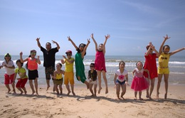 Đoan Trang – Hà Lê quậy tưng bừng cùng học trò trên bãi biển