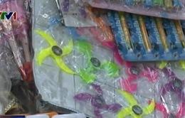 Nguy cơ độc hại tiềm ẩn trong đồ chơi trẻ em không rõ nguồn gốc