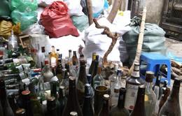 """Hãi hùng chiêu """"hô biến"""" vỏ chai rượu bỏ đi thành chai rượu """"xịn"""""""