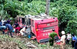 Xe khách rơi xuống vực sâu: 1 người chết, 7 người bị thương