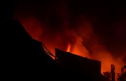 Cận cảnh700m2xưởng mút xốp bốc cháy giữa khu dân cư
