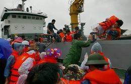 Tàu hải quân đưa 280 du khách mắc kẹt tại Cô Tô về đất liền