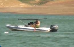 Đi chơi thuyền cùng bố mẹ, 3 em nhỏ chết đuối