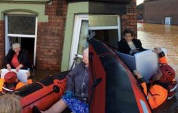 Lũ lụt tại Anh: Người dân dùng... tủ lạnh làm thuyền cứu hộ