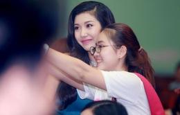 Á hậu Thúy Vân được đón chào trong vòng tay sinh viên