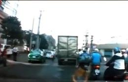Va chạm xe máy do vượt ẩu và chờ hàng cồng kềnh