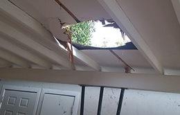 Gói cần sa nặng 12kg rơi thủng mái nhà