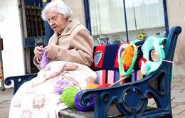 Cụ bà 104 tuổi đan len trang trí cả thị trấn