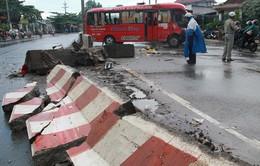 Hàng chục người bị thương do xe khách đâm vào dải phân cách