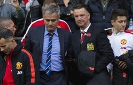 Mourinho bị sa thải, van Gaal cũng ngồi ghế nóng
