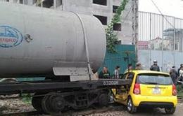 Cố băng qua đường sắt, ô tô bị tàu hỏa đâm ngang