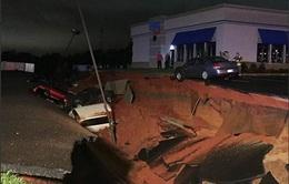 Hố tử thần 'nuốt chửng' nhiều ô tô ở Mỹ