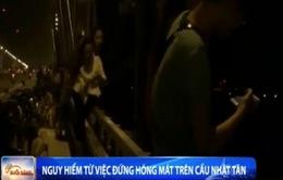 Hãi hùng các kiểu hóng gió trên cầu Nhật Tân