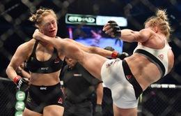 Nữ hoàng UFC Ronda Rousey ngất lịm sau cú đá knock-out của đối thủ