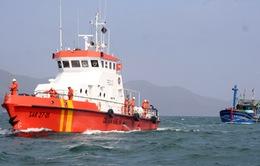 Lai dắt thành công tàu cá cùng 12 ngư dân Bình Định gặp nạn trên biển